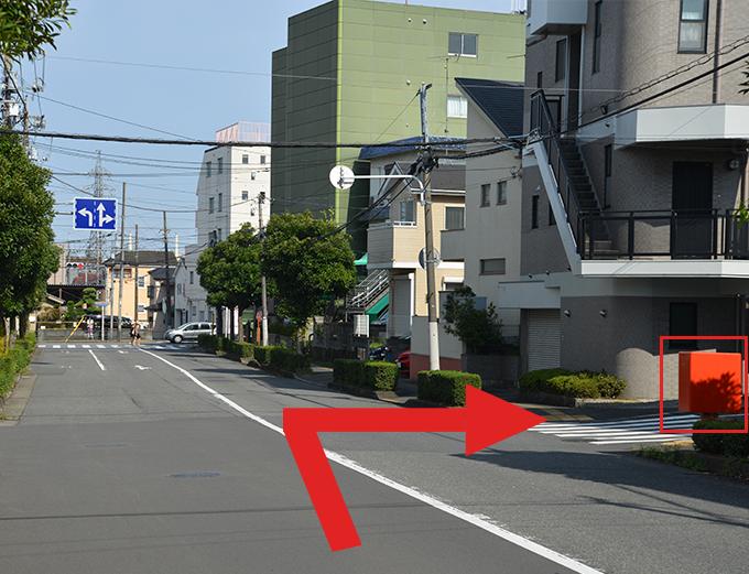 第四中学校入口信号を越えて、一本目交差点を右折します。(赤いポストが目印)